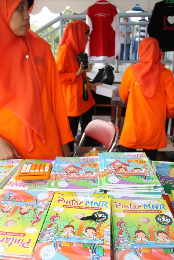 06 Di Stand KPM disediakan buku dan CD belajar Matematika Nalaria